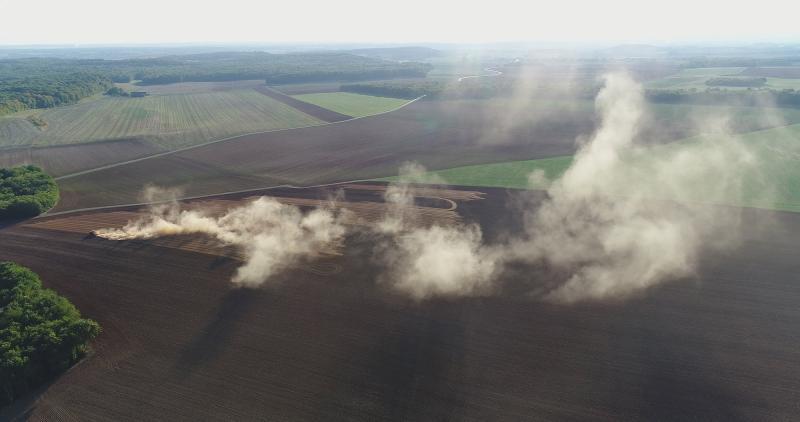 Broyage-de-cailloux-qui-provoquent-nuage-de-poussiere-visibles-a-des-km