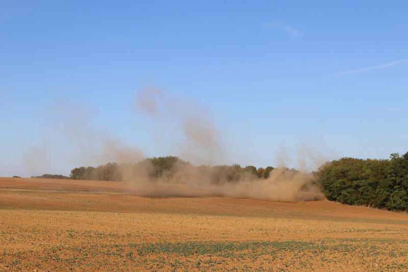 Broyage-de-cailloux-qui-provoquent-un-nuage-de-poussiere-visible-a-des-km-2